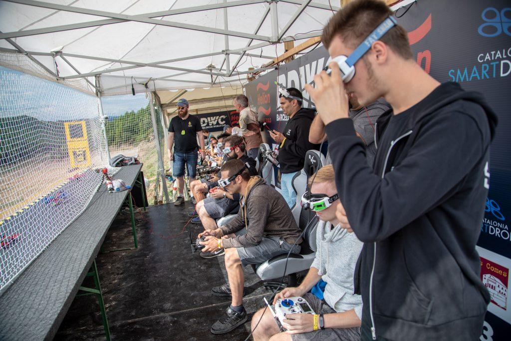 Stanowisko pilotów oraz spotterów podczas sesji kwalifikacyjnych. Na pierwszym planie Jan Wielgosz jako obserwator i Łukasz Kozak pilotujący drona.