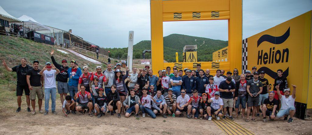 Pamiątkowe zdjęcie zawodników przy bramce startowej.