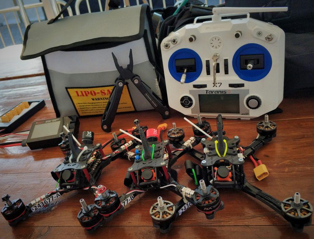 Każdy z zawodników mógł przygotować maksymalnie 3 maszyny. Z uwagi na wymagający tor, ogromne prędkości oraz delikatność maszyn. Zapasowe drony często zastępowały te, które uległy awarii/zniszczeniu podczas uderzenia w bramkę.